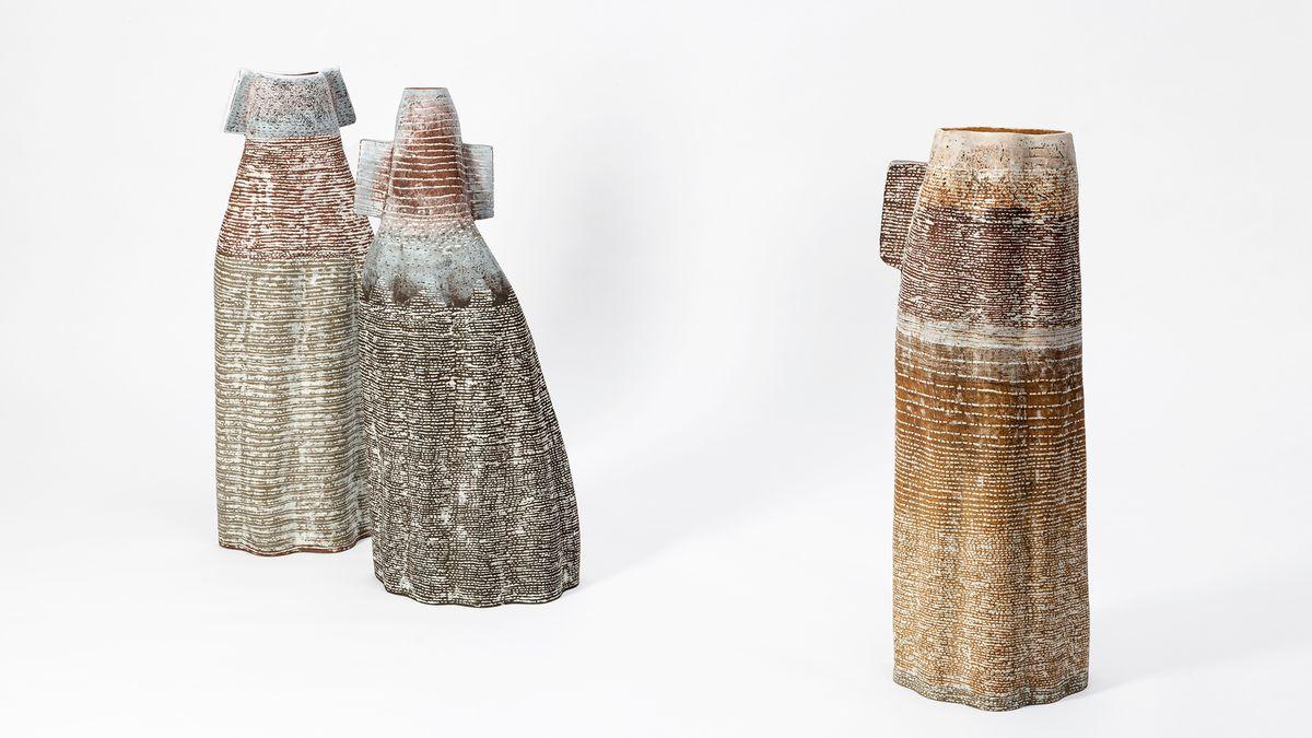 Drei hohe, unregelmäßig geformte Gefäße aus Steinzeug mit weißen Porzellan-Inlays