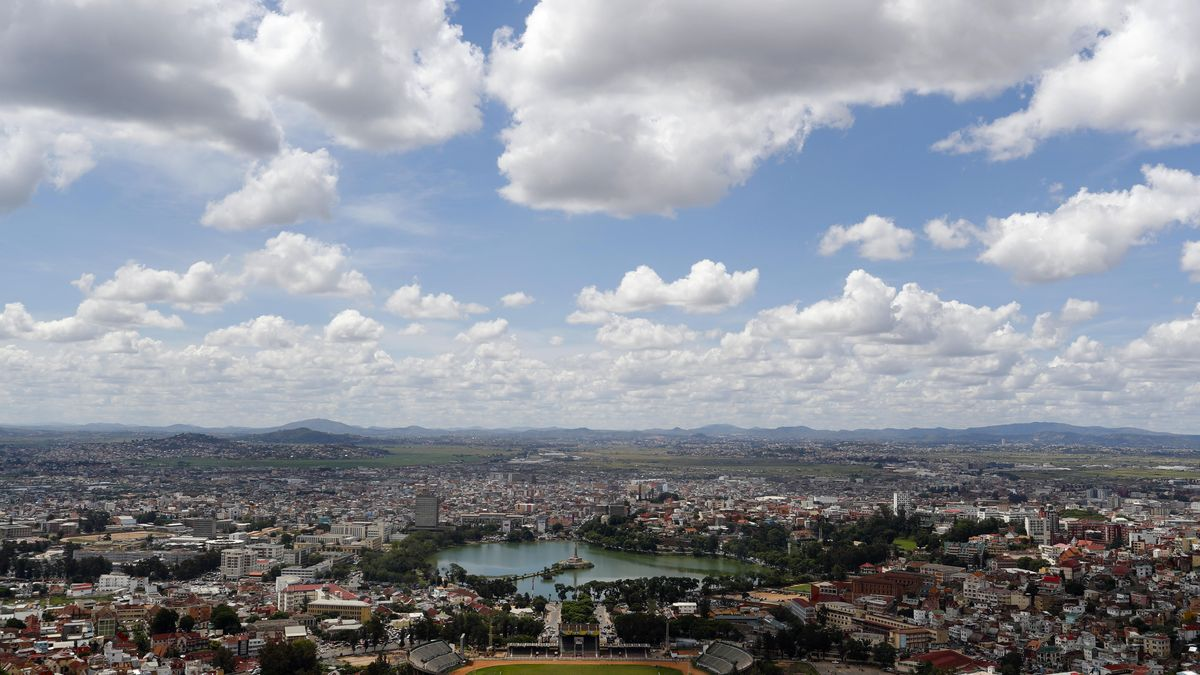 Totalaufnahme einer Großstadt bei strahlendem Sonnenschein und blauem Himmel mit Wölkchen
