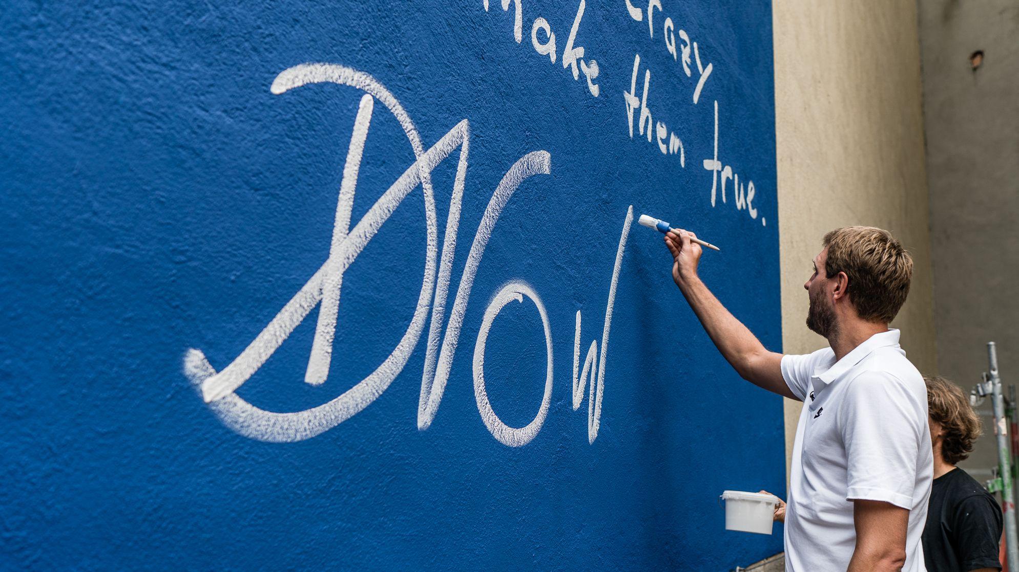 Dirk Nowitzki signiert sein Wandgemälde im Innenhof seiner alten Schule am Sanderring.