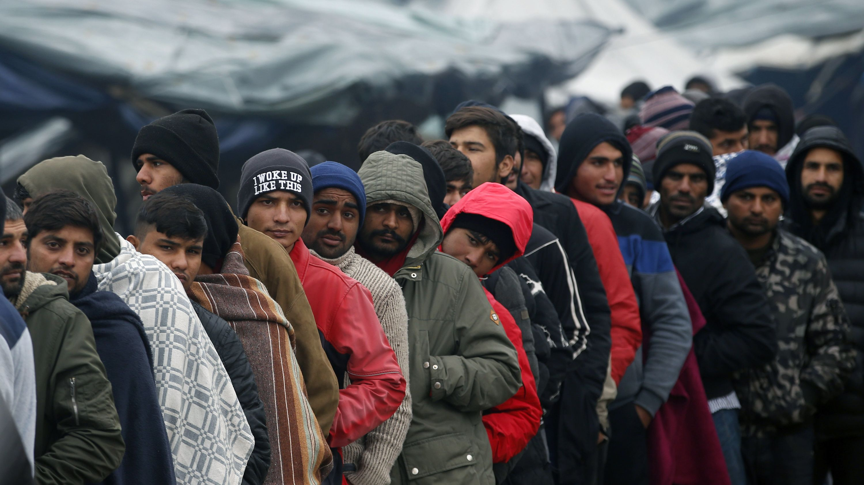 Zahlreiche Migranten warten in der Schlange, um vom Roten Kreuz in einem Flüchtlingslager in Bosnien-Herzegowina versorgt zu werden