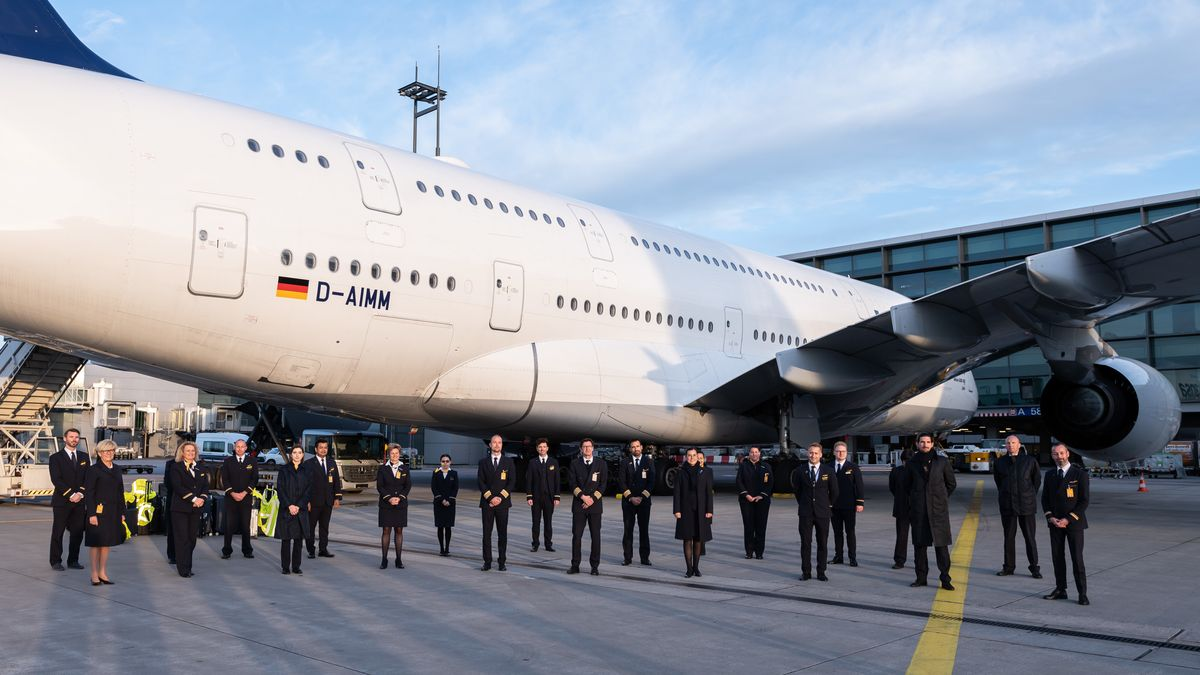 29.03.2020: Die Crew des Flugs LH773 nach der vorerst letzten Landung eines Lufthansa-Airbus A380 am Frankfurter Flughafen.