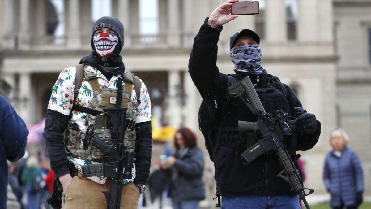 Boogaloo-Aktivist im Hawaii-Hemd und mit Gewehr