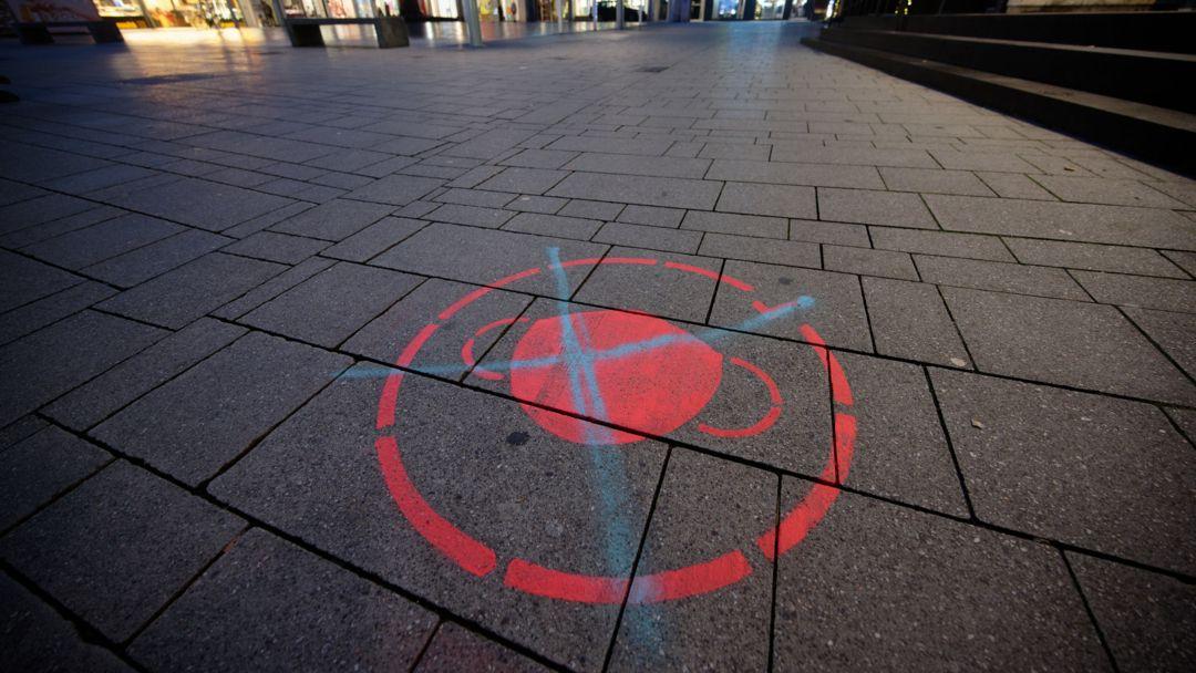Durchgestrichenes Symbol für die Maskenpflicht am Boden.