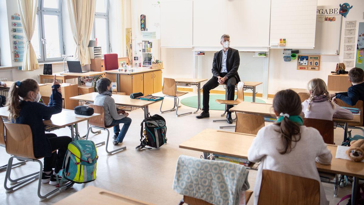 Kultusminister Michael Piazolo bei einem Besuch einer vierten Klasse einer Grundschule.