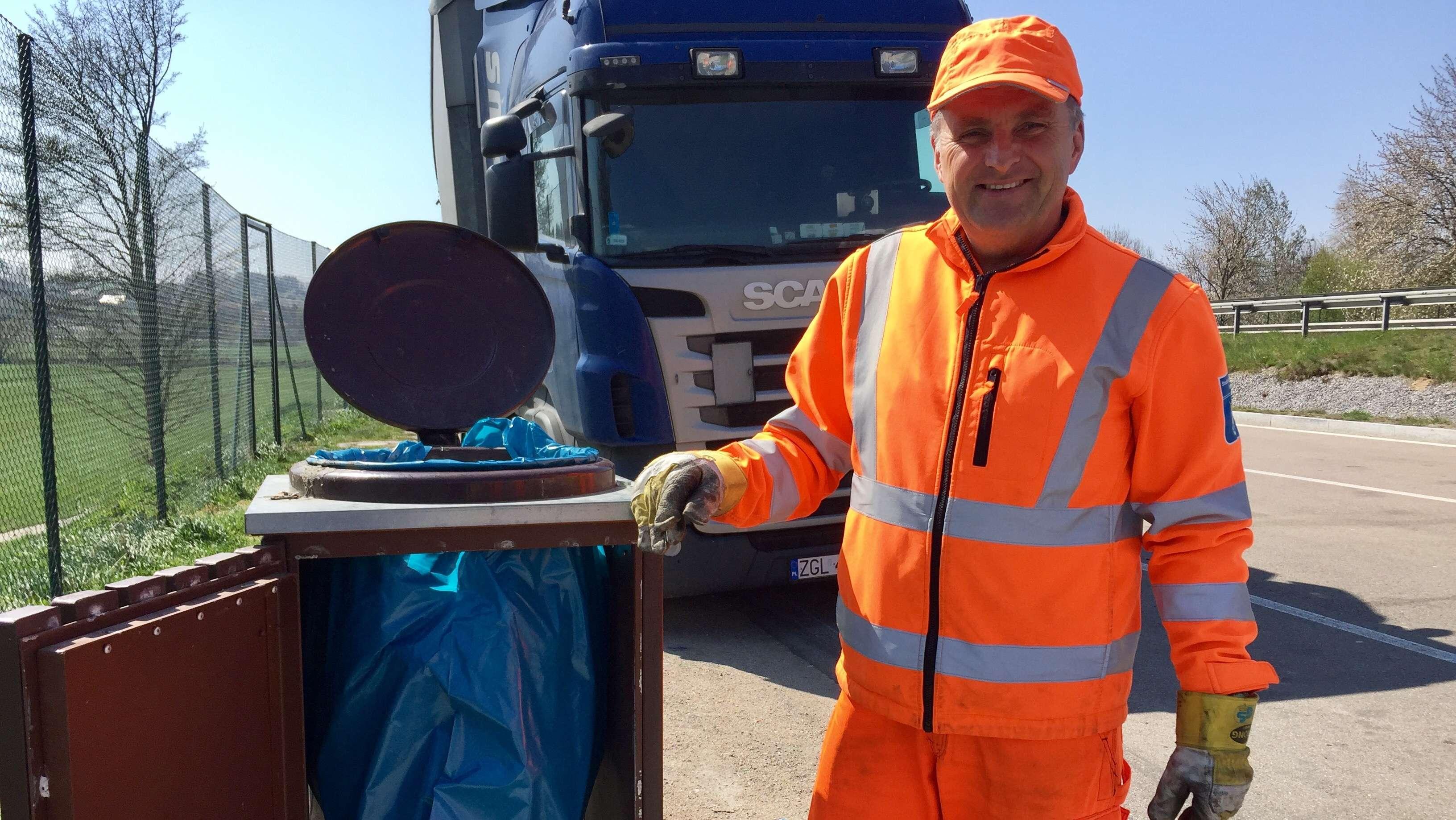 Alle Jahre wieder müssen Straßenböschungen von Tonnen von Müll befreit werden.