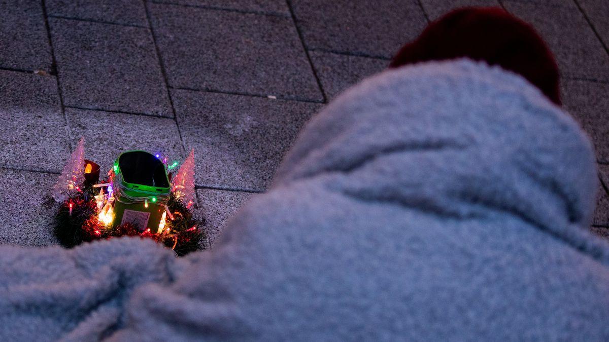 Obdachloser in Wolldecke vor beleuchteter Elektro-Krippe (Symbolbild)