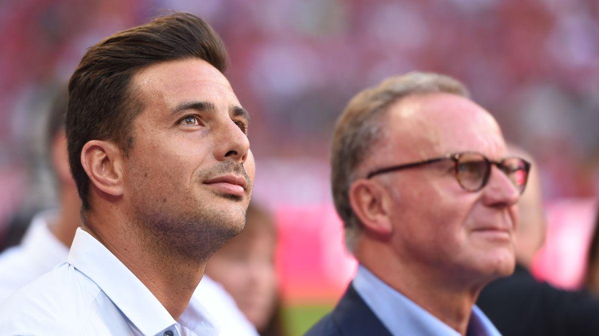 Claudio Pizarro und Karl-Heinz Rummenigge bei Pizarros Abschied aus München 2015