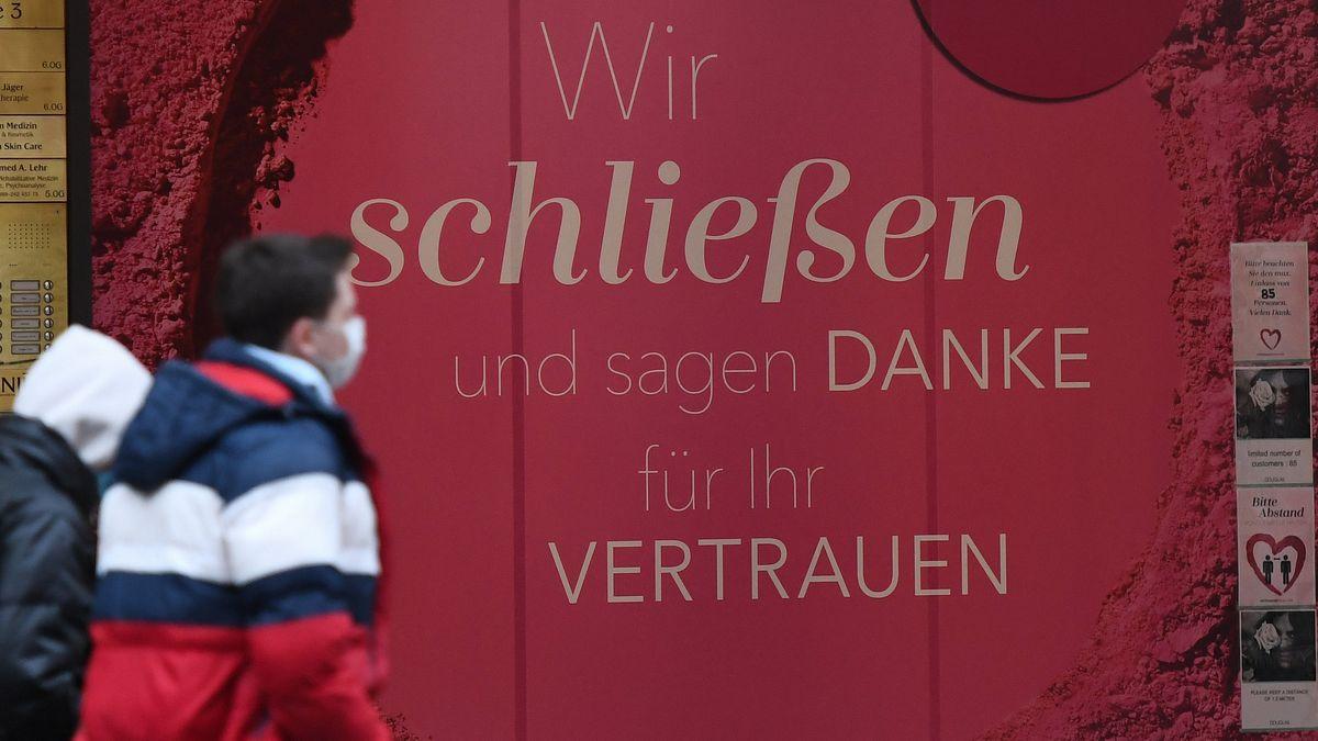 """""""Wir schließen und sagen Danke für ihr Vertrauen"""" ist in einem Schaufenster in der Fußgängerzone zu lesen."""
