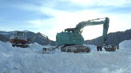 Ein Bagger gräbt sich durch die Schneemassen. | Bild:BR / Beate Bastian.