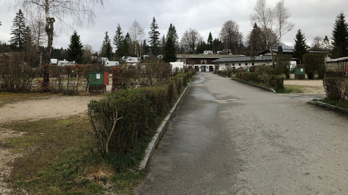 Nur ein paar Wohnwagen stehen auf dem Campingplatz Tennsee in Krün.