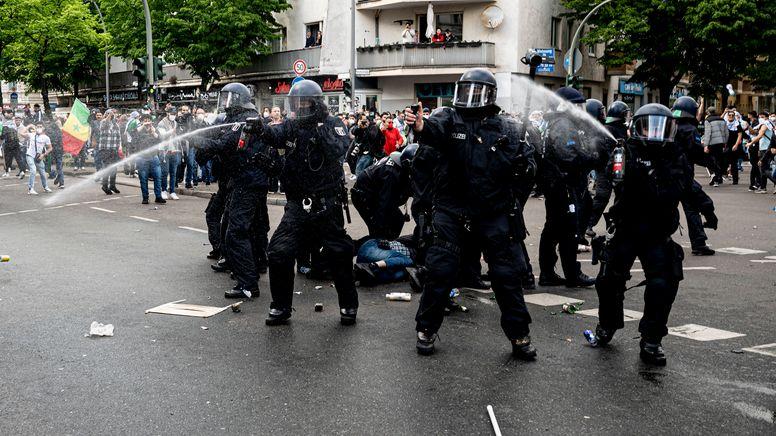 Die Berliner Polizei benutzt während der Demonstration verschiedener palästinensischer Gruppen in Neukölln Pfefferspray.   Bild:dpa-Bildfunk/Fabian Sommer