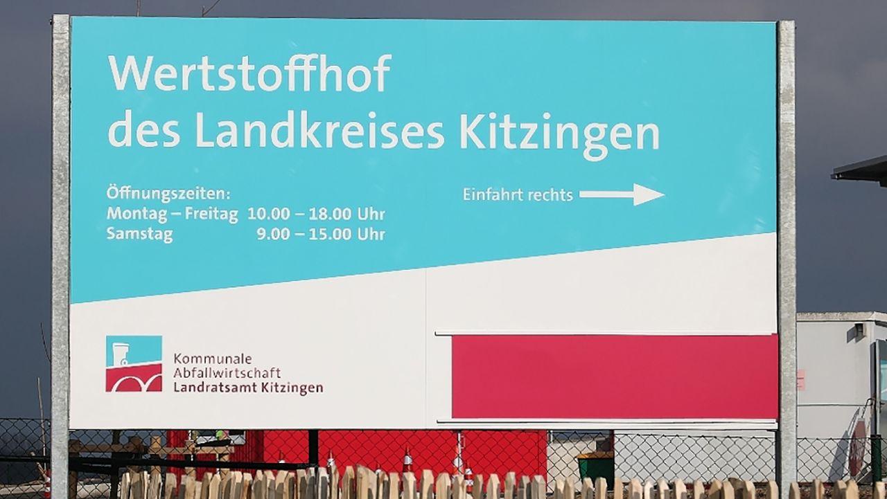 Schild, das auf den Wertstoffhof in Kitzingen hinweist.