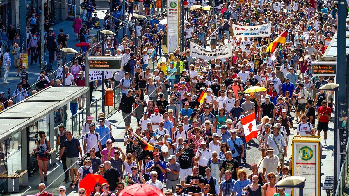 Impression von der sog. Lockdown-Großdemo in Berlin am 01.08.2020, für die der Veranstalter, die Querdenker-Bewegung (Querdenken 711) aus Stuttgart 500.000 Menschen angemeldet hat.