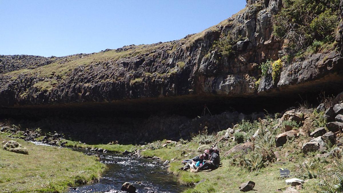 Äthiopien, Bale-Mountains-Nationalpark: Ein Felsüberhang im Bale-Gebirge, unter dem eine Art Basiscamp von Steinzeitmenschen entdeckt wurde