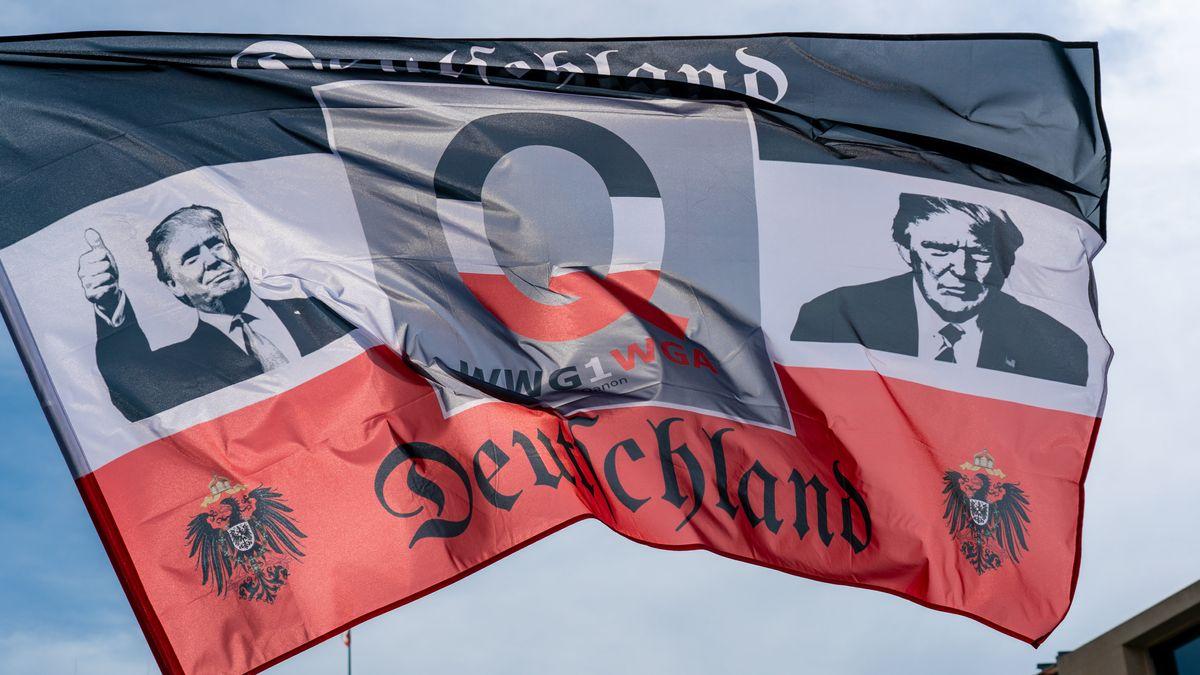 Rechtsextreme QAnon-Flagge bei einer Demonstration in Berlin