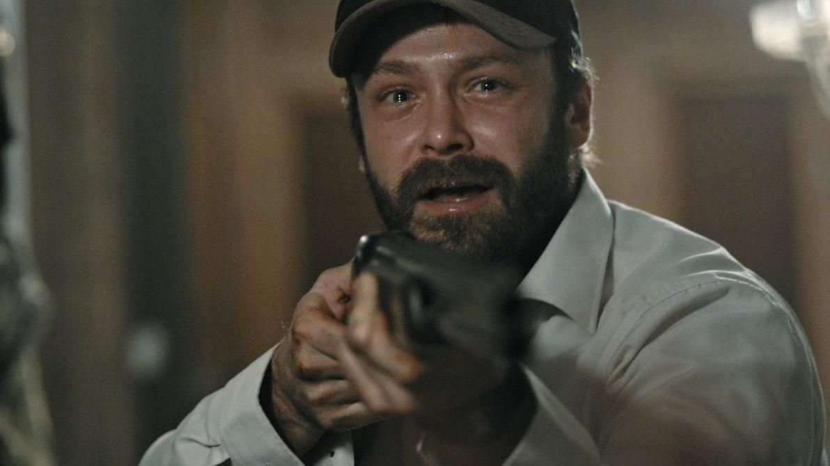"""Zu sehen ist Hauptdarsteller Matthias Ziesing in einer Szene des Films """"Der letzte Mieter"""". Er zielt mit einer Flinte auf eine Polizistin."""