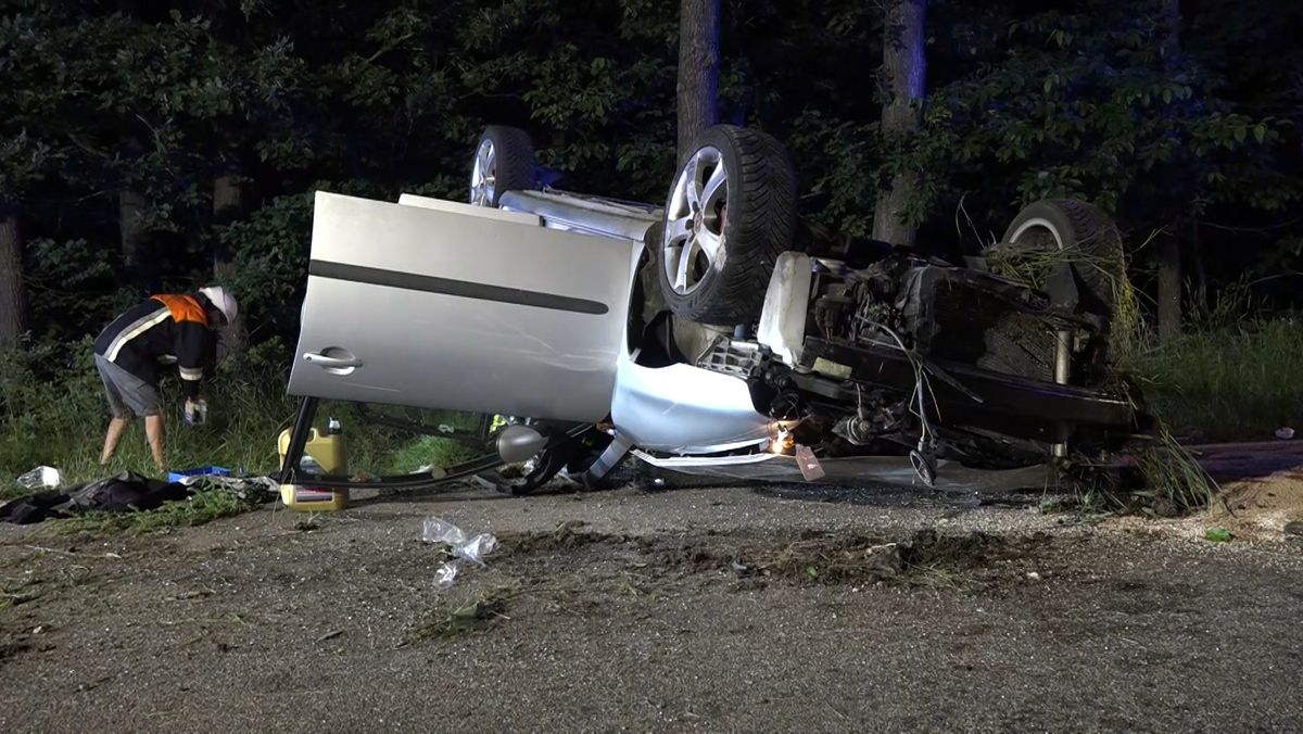 Auto liegt nach Unfall auf dem Dach.