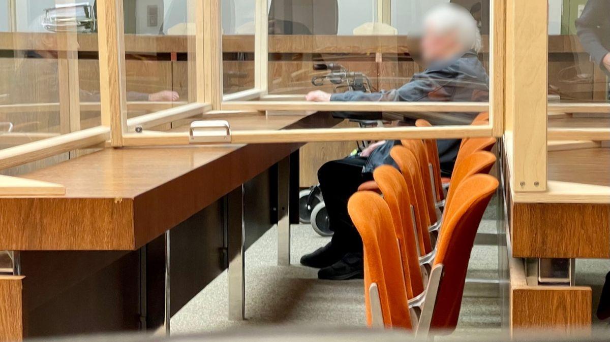 Der 88-jährige schuldunfähige Angeklagte beim Prozessauftakt