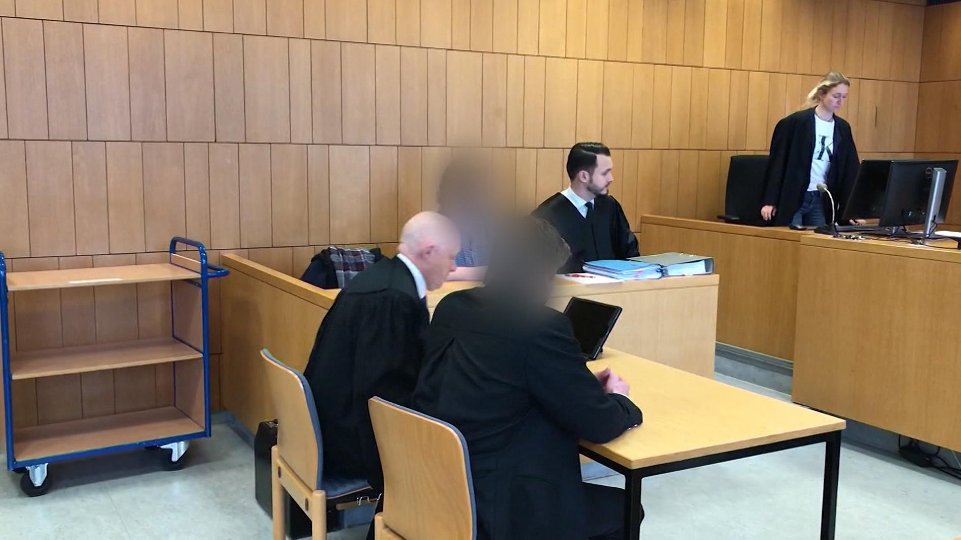 Zwei junge Männer müssen sich wegen zwei Brandanschlägen auf das Asylbewerberheim in Nussdorf am Inn verantworten.