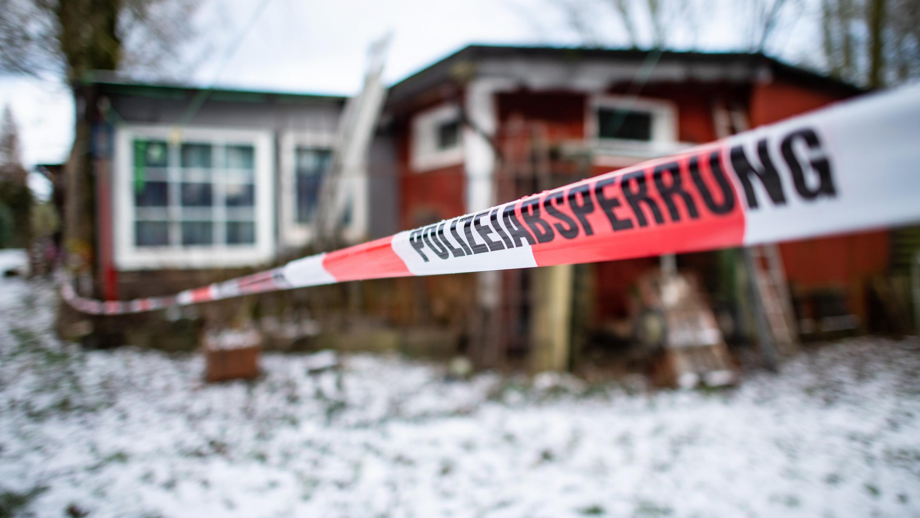 Nordrhein-Westfalen, Lüdge: Absperrband der Polizei um das Gebäude auf dem Campingplatz
