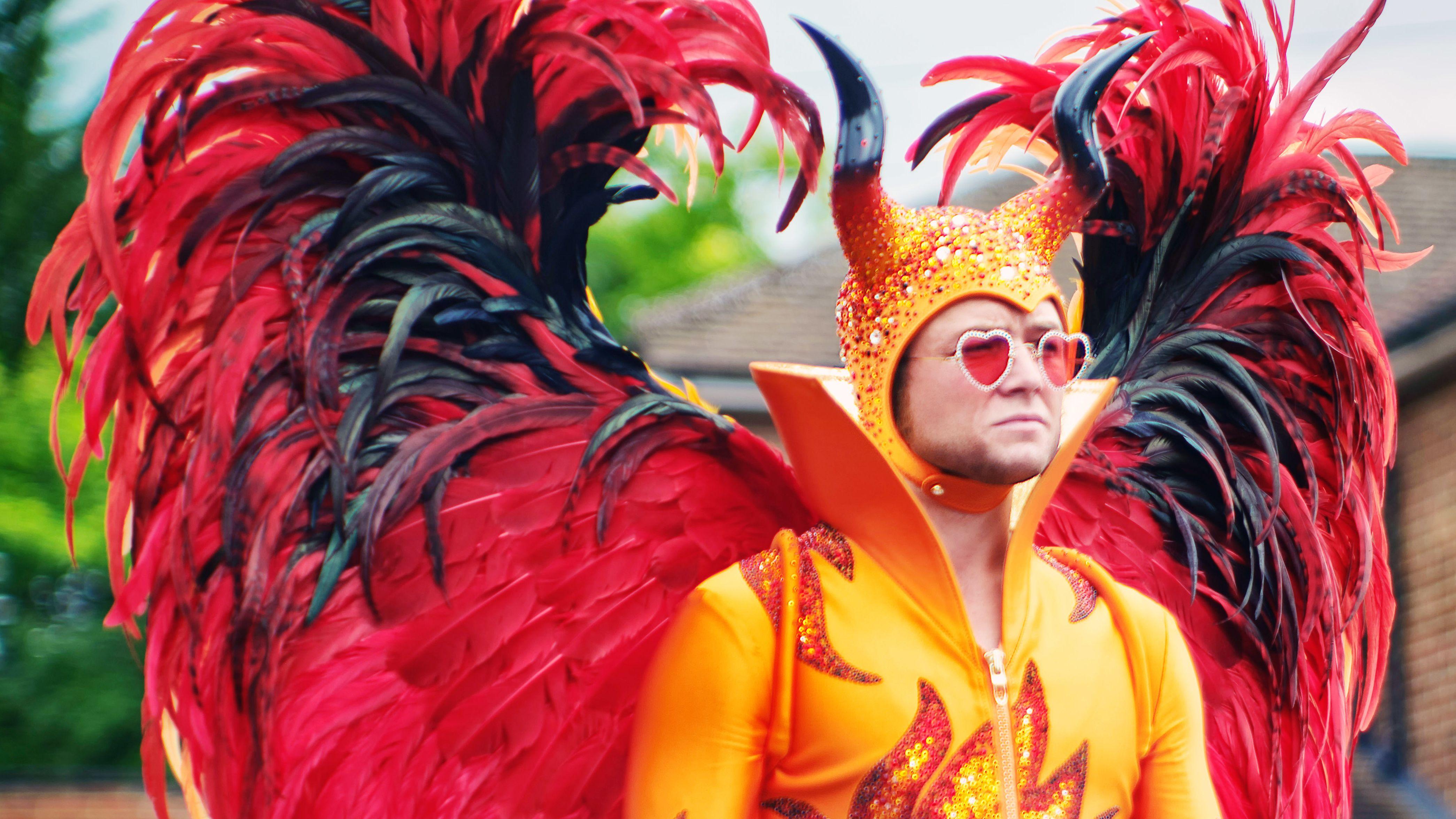 Taron Egerton als Elton John im feuerroten Bühnenkostüm
