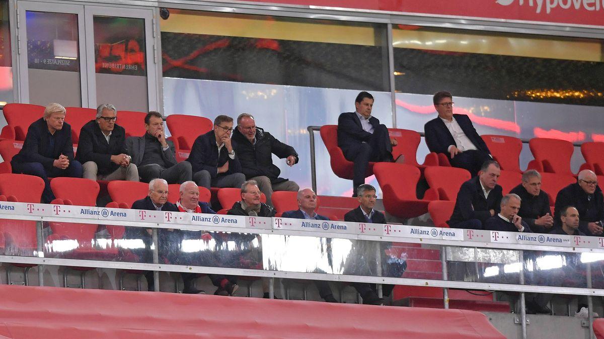 Die Ehrentribüne in der Allianz Arena während des Spiels FC Bayern - Schalke 04