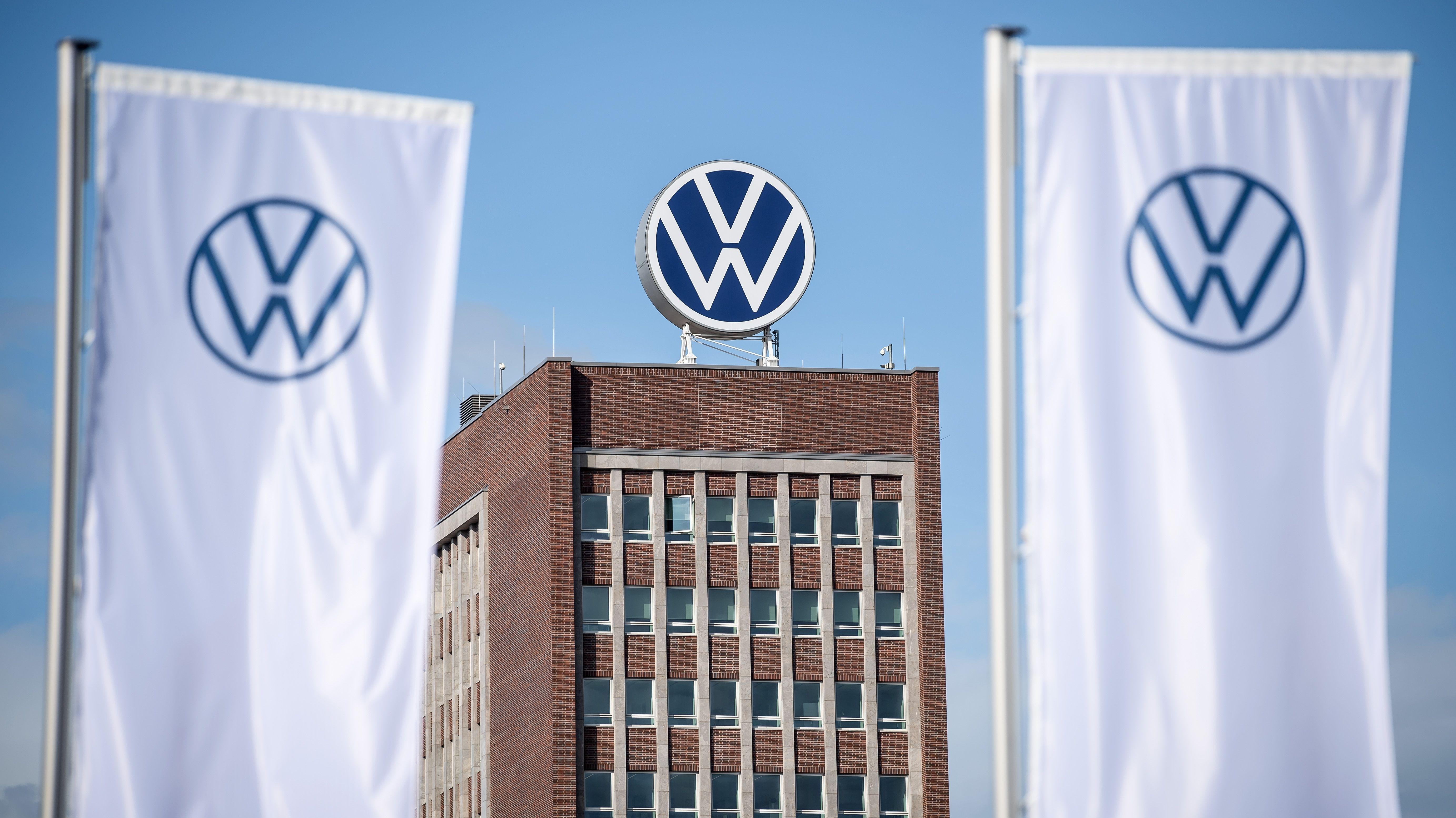 Das Verwaltungshochhaus vom Volkswagen-Werk. Der Konzern hat Geschädigten des Dieselskandals einen Vergleich angeboten. (Archivbild)
