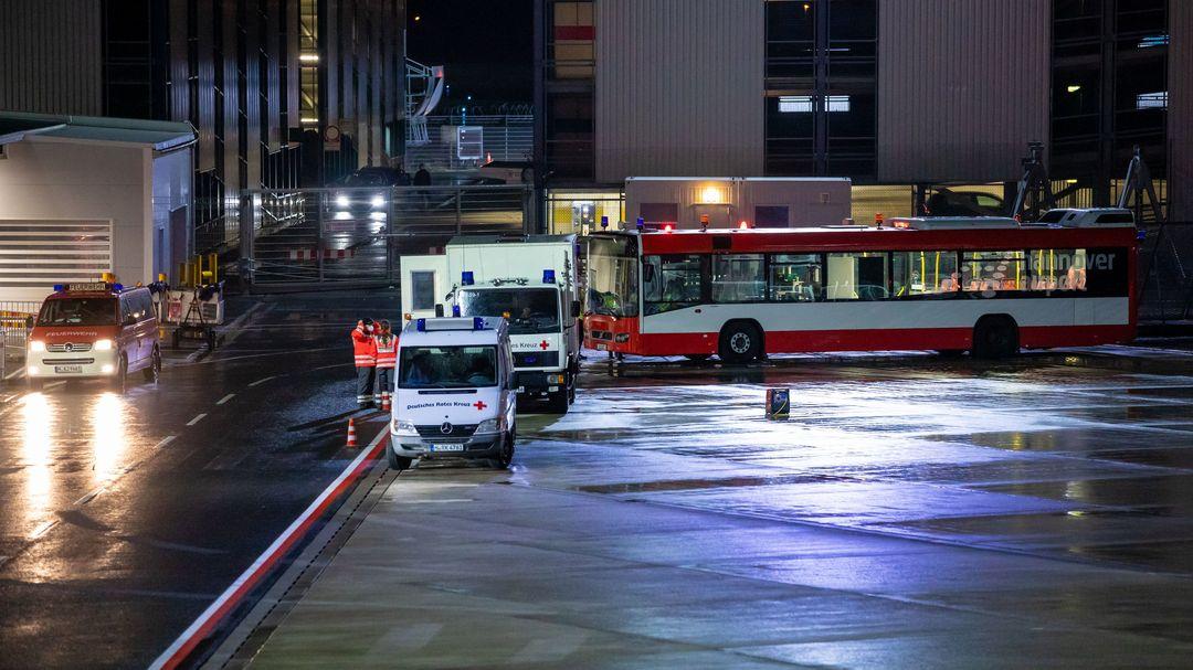 Langenhagen: Einsatzfahrzeuge des Rettungsdienstes und die Flughafenfeuerwehr stehen auf dem Gelände des Flughafens Hannover-Langenhagen.