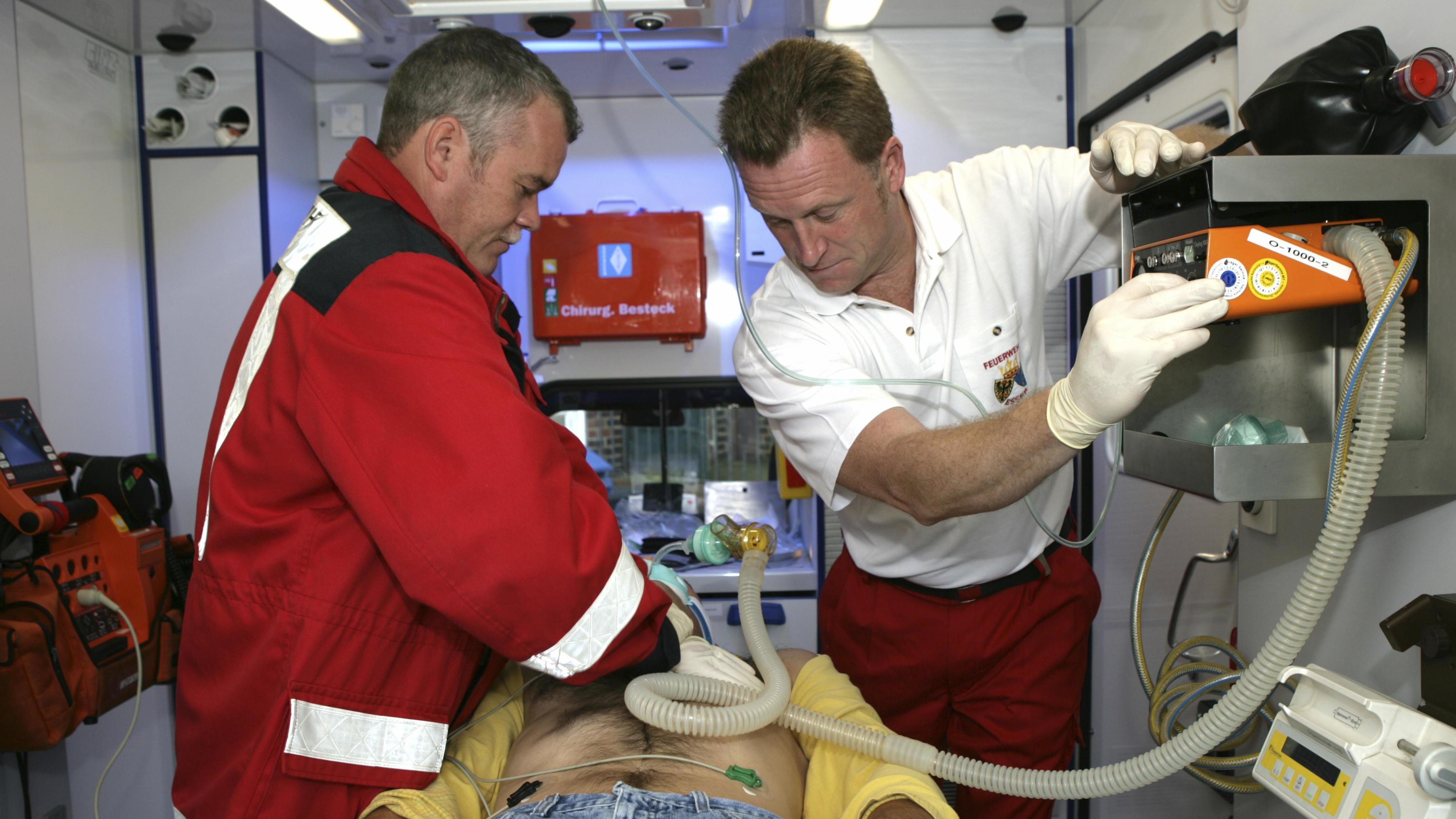 Versorgung eines Schlaganfall-Patienten im Krankenwagen