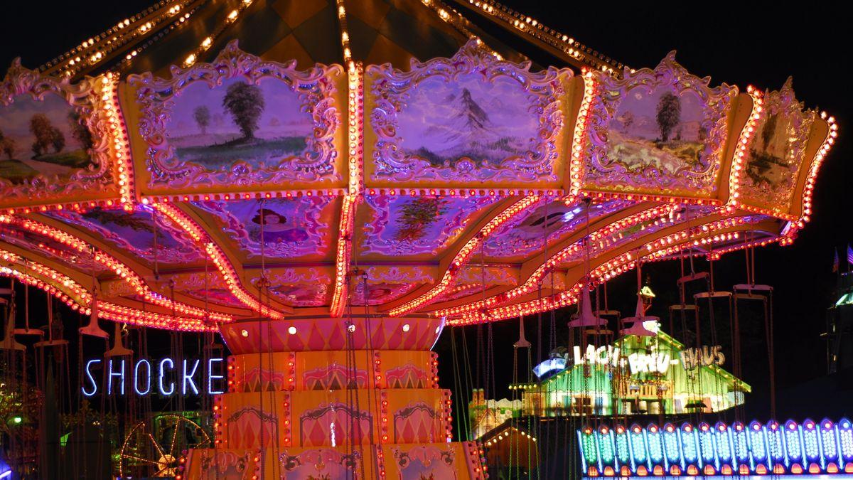 Karussell bei Nacht auf dem Rosenheimer Herbstfest