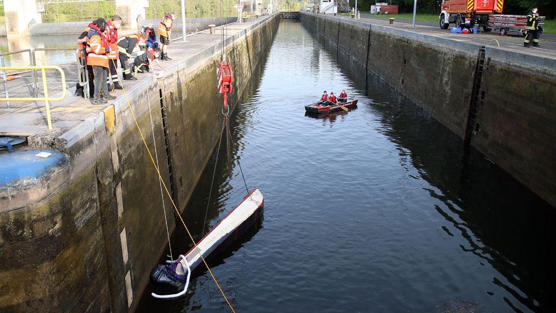 Schwierige Aufgabe für Wasserwacht und Feuerwehr
