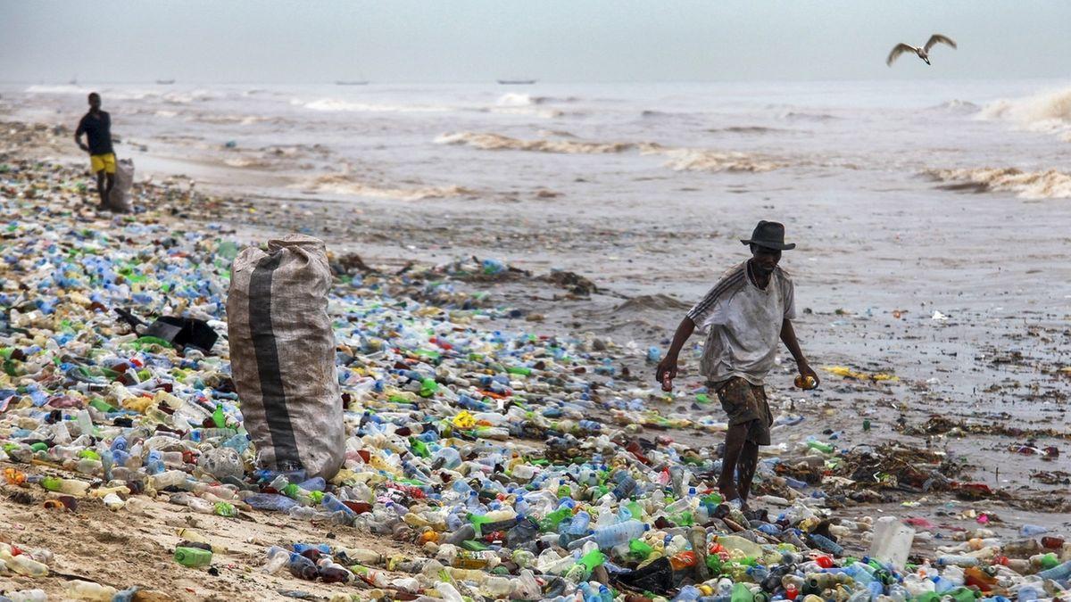Plastikmüll am Meeres-Strand: Machen wir weiter so wie bisher, landen im Jahr 2040 etwa 2,5-mal so viele Plastikabfälle und Kunststoffe im Meer und in der Umwelt an Land, das zeigt eine aktuelle Studie.