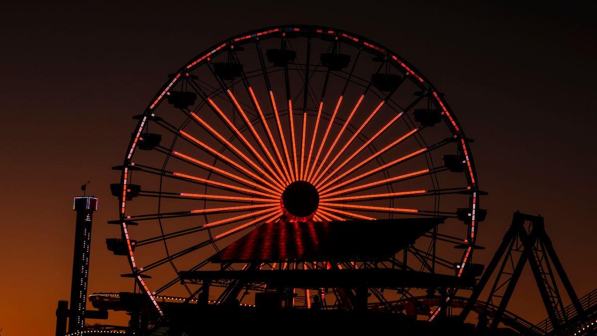 Riesenrad bei Nacht mit roter Beleuchtung in Herzform