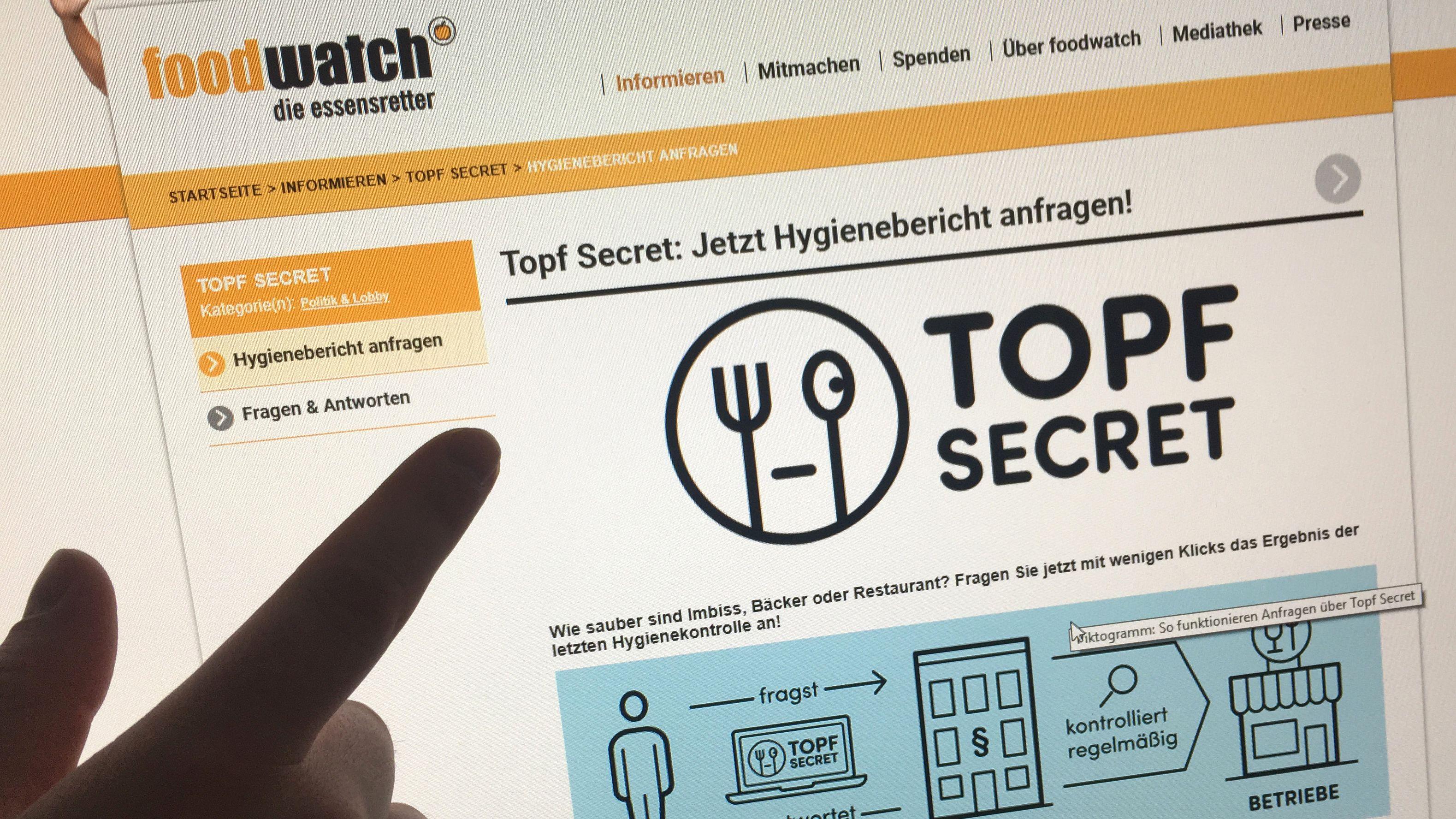 """Finger deutet auf Internetseite von """"Topf Secret"""""""