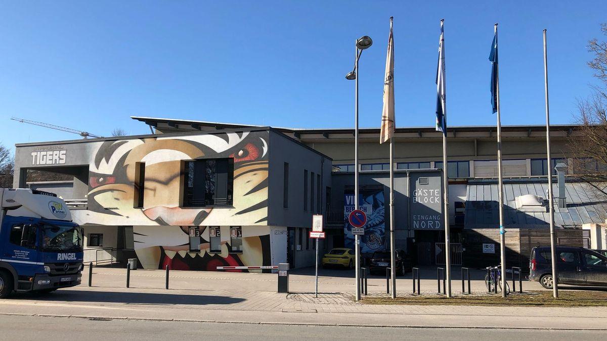 Vorderseite des Eisstadions am Pulverturm in Straubing