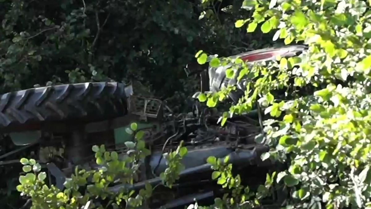 Umgekippter Traktor in Spalt