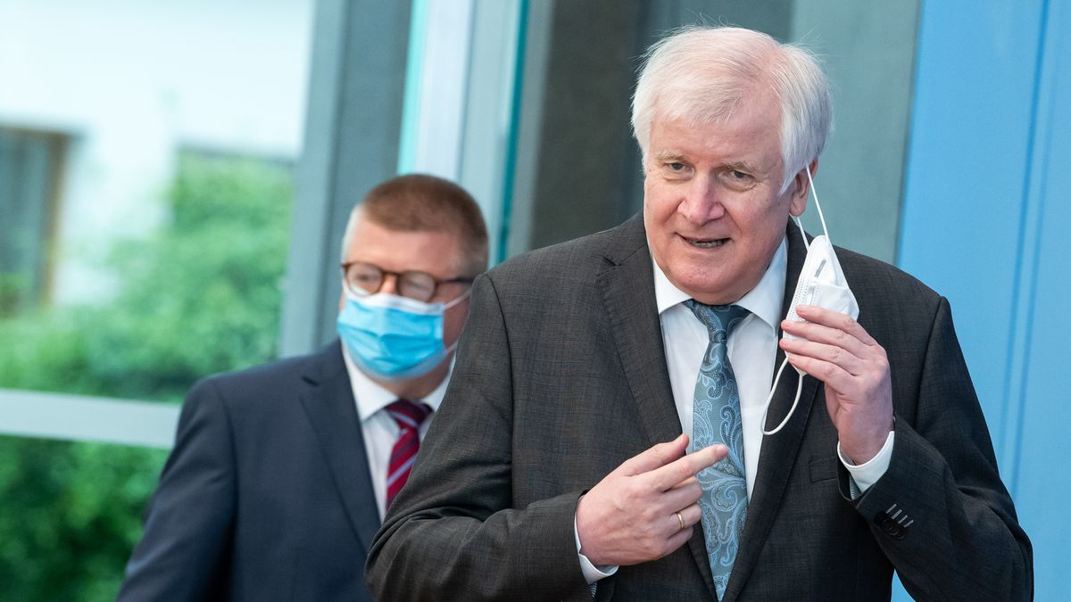 Horst Seehofer (r, CSU), Bundesminister für Inneres, Heimat und Bau, und Thomas Haldenwang, Präsident des Bundesamts für Verfassungsschutz (BfV).