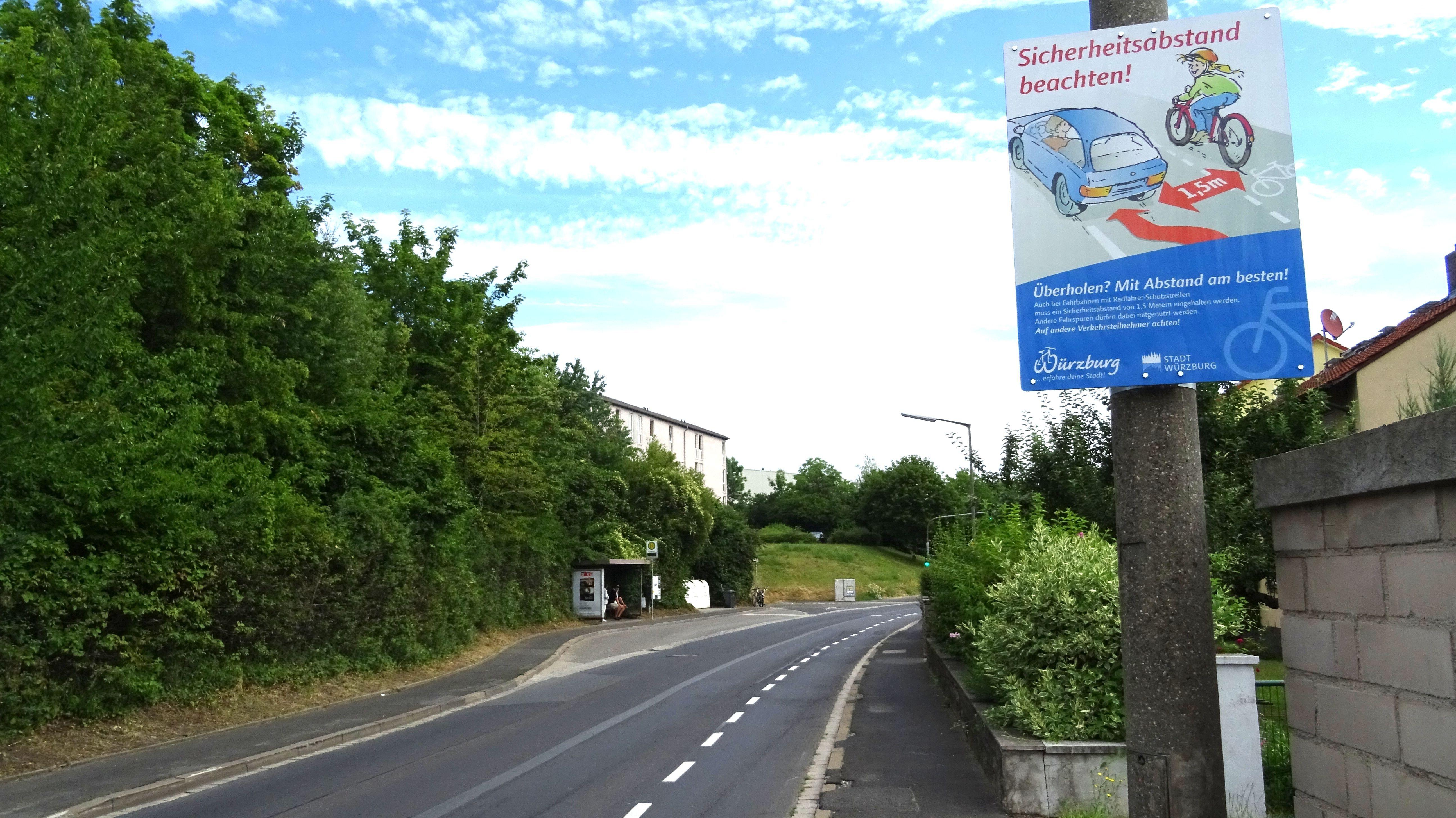 Schilder weisen in Würzburg auf Sicherheitsabstand zu Radfahrern hin.