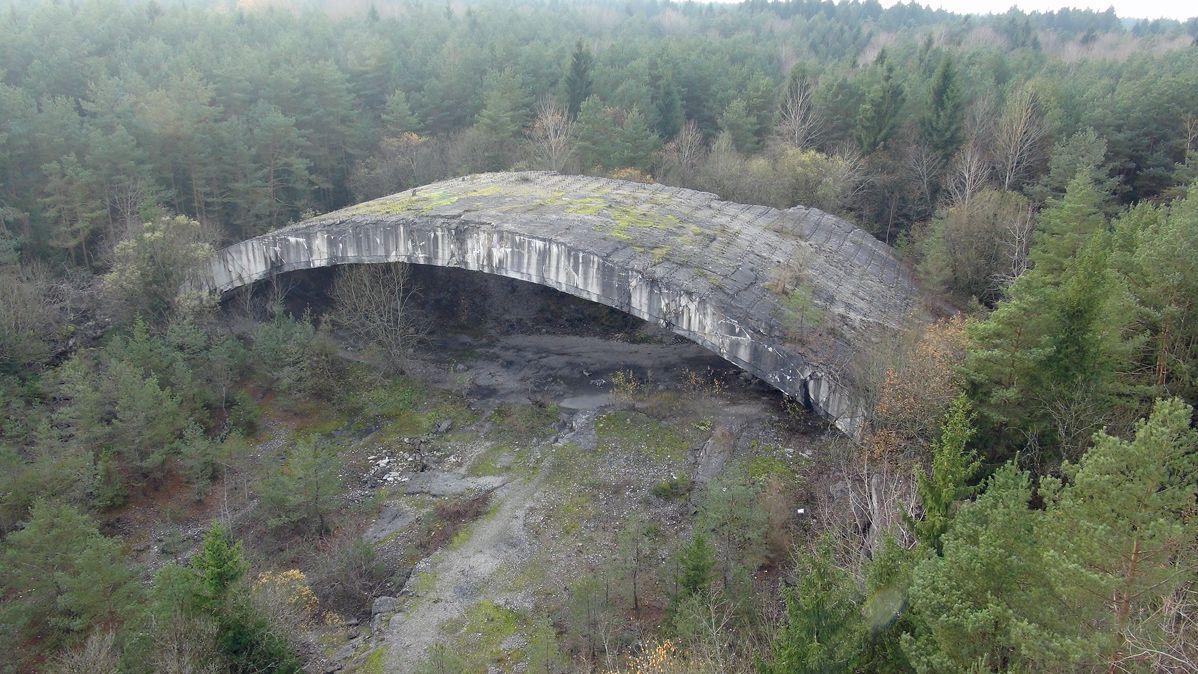 Einer der insgesamt sieben Bunkerbögen ist noch erhalten. Hier soll ein dritter Gedenkort entstehen.