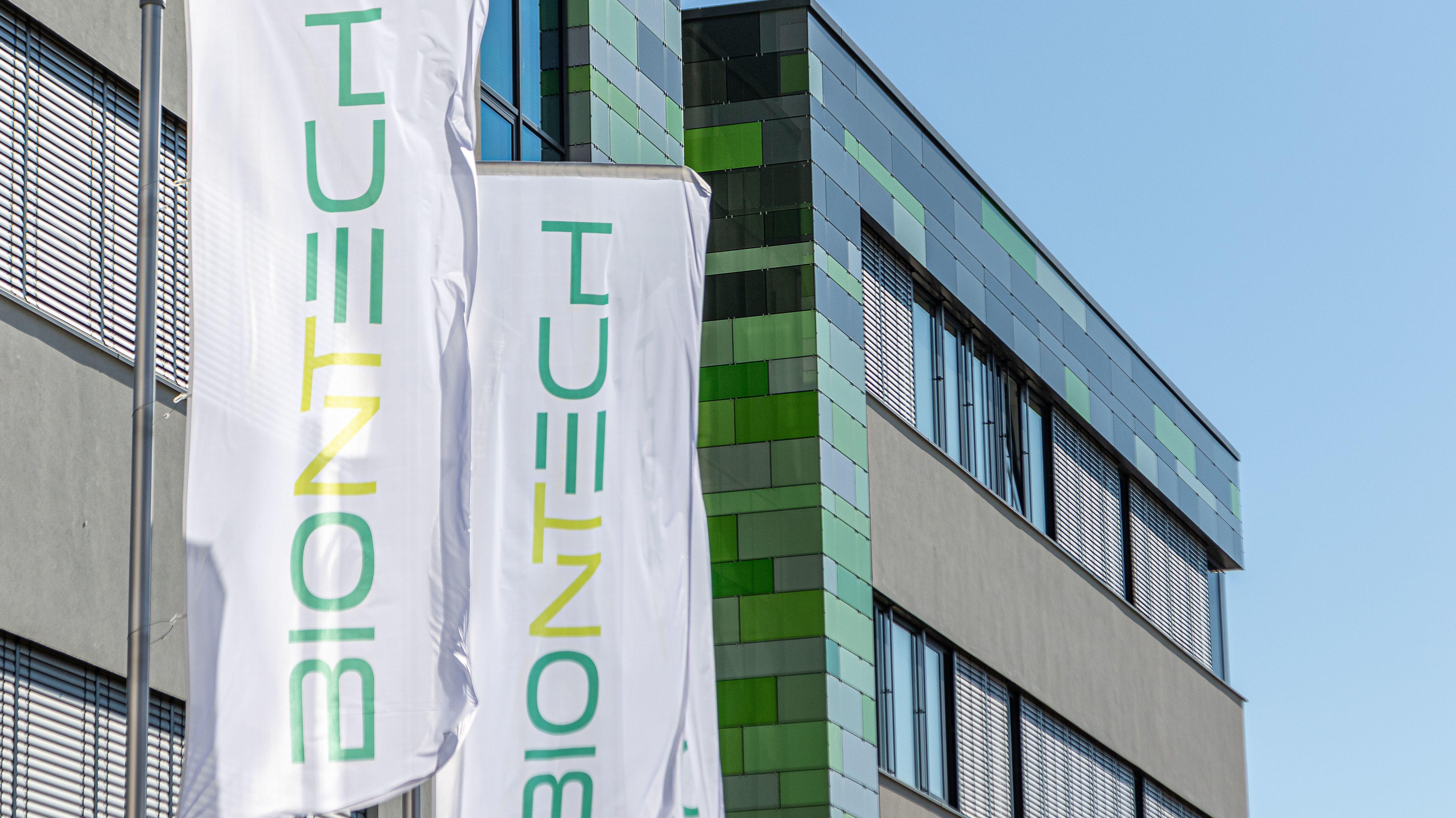 BioNTech AG, Flaggen am Firmengebaeude