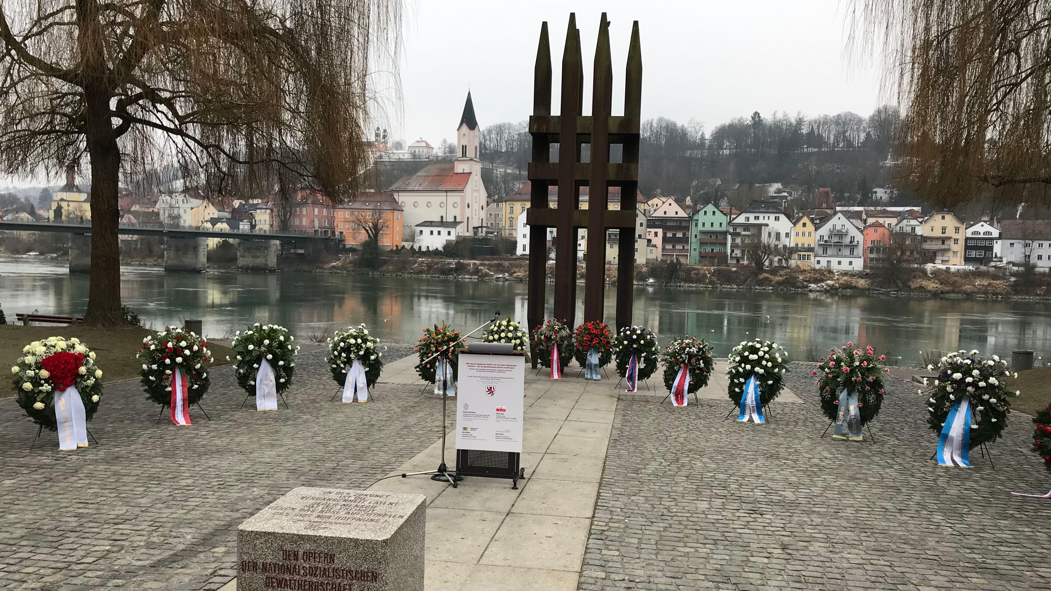 Die Kränze am Mahnmal am Tag der Gedenkfeier
