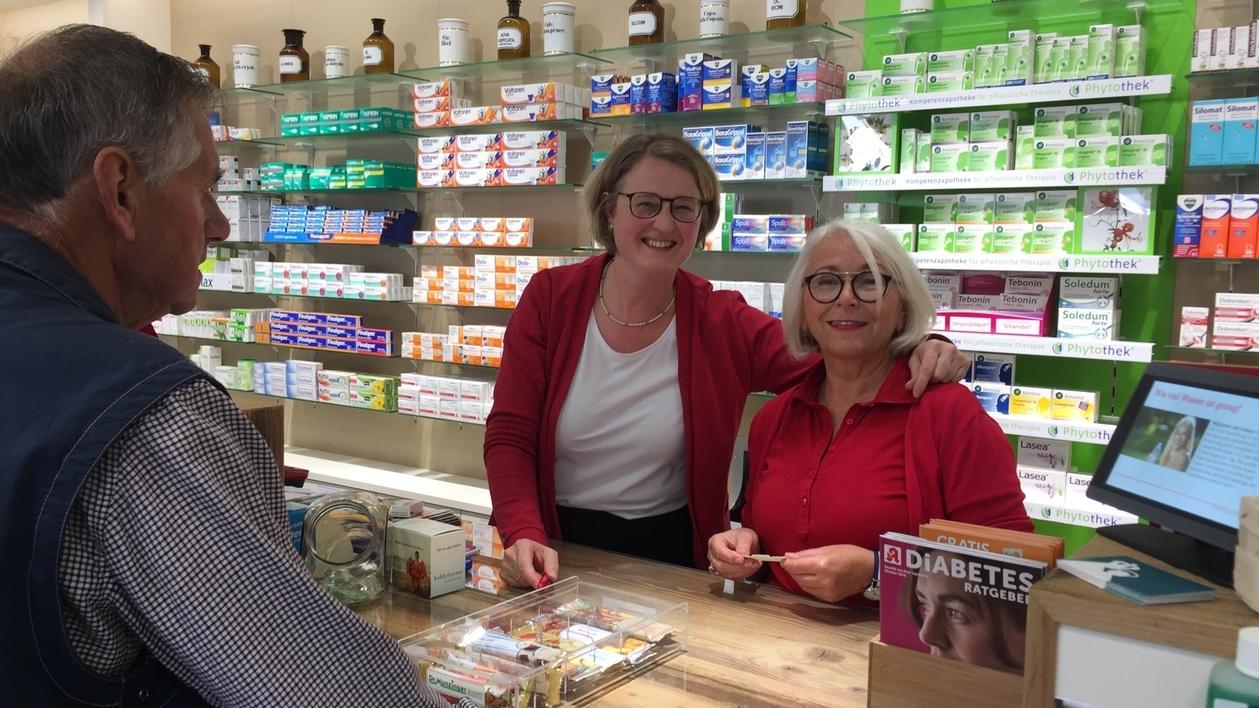 Apothekerin Michaela Herzinger (links) und ihre Angestellte Irene Arbinger aus der Marienapotheke in Bodenmais (Lkr. Regen).