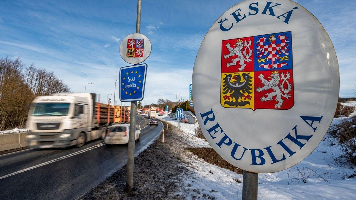 """Ein Lastwagen fährt an einem Grenzschild vorbei, auf dem """"Ceska Republika"""" zu lesen ist."""
