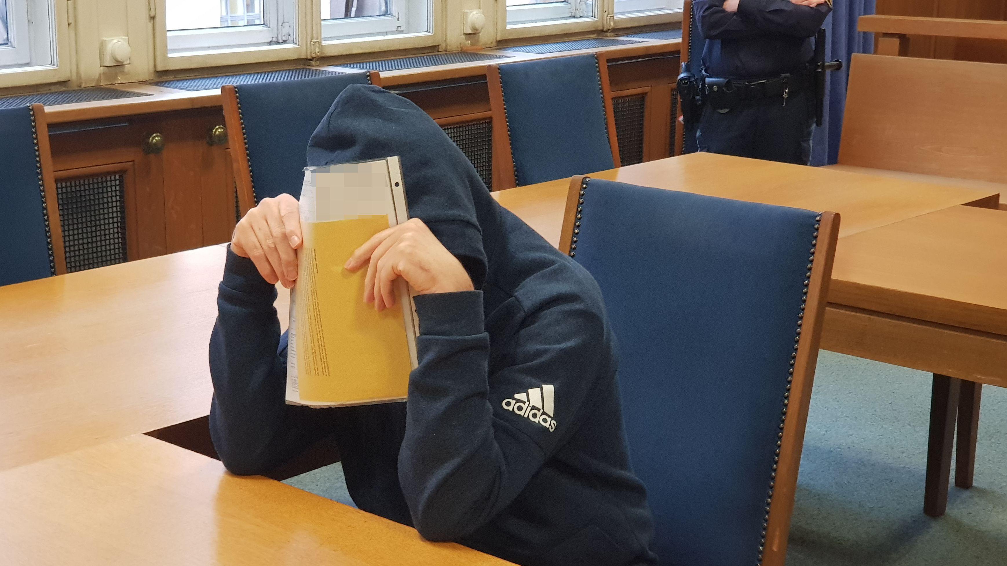 Angeklagter am Landgericht Nürnberg-Fürth. Er soll eine 88-Jährige zuhause überfallen haben.