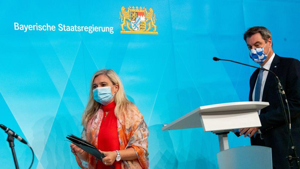 Melanie Huml (l, CSU), Staatsministerin für Gesundheit und Pflege, und Markus Söder (CSU), Ministerpräsident von Bayern, gehen zu einer gemeinsamen Pressekonferenz zur aktuelle Entwicklungen an den Corona-Teststationen für Reiserückkehrer. | Bild:pa/dpa