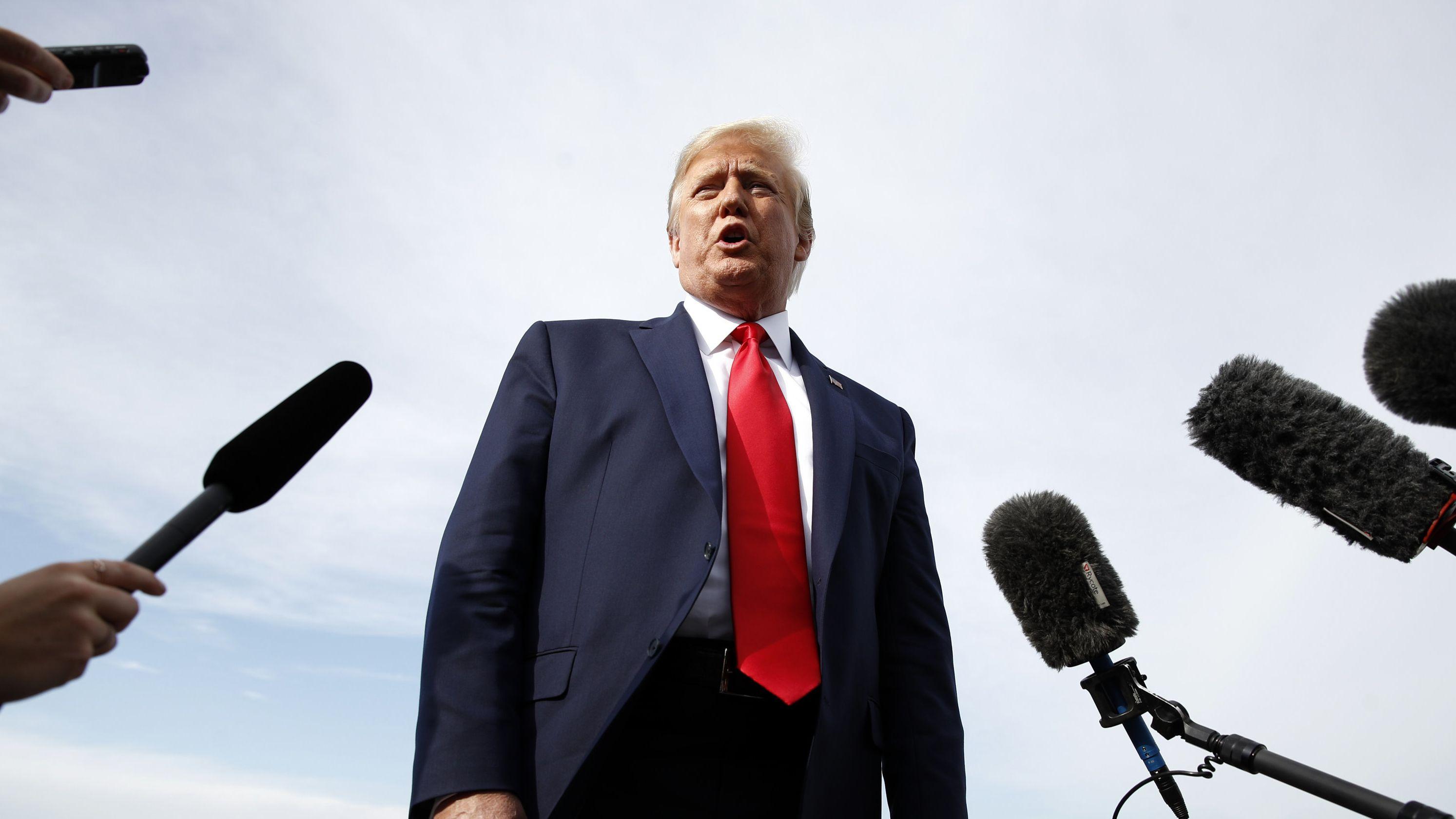 USA, Morristown: Donald Trump, Präsident der USA, spricht mit Journalisten, bevor er in die Air Force One steigt. Trump ist auf dem Weg zu einer Wahlkampfveranstaltung in Manchester.