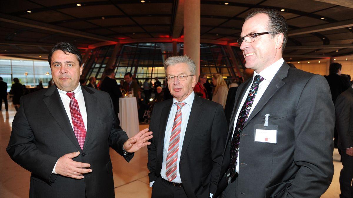 Sigmar Gabriel, Joachim Pose und Clemens Toennies (von links) beim Früjahrsempfang auf der Fraktionsebene des Deutschen Bundestages (26. 3.2012)