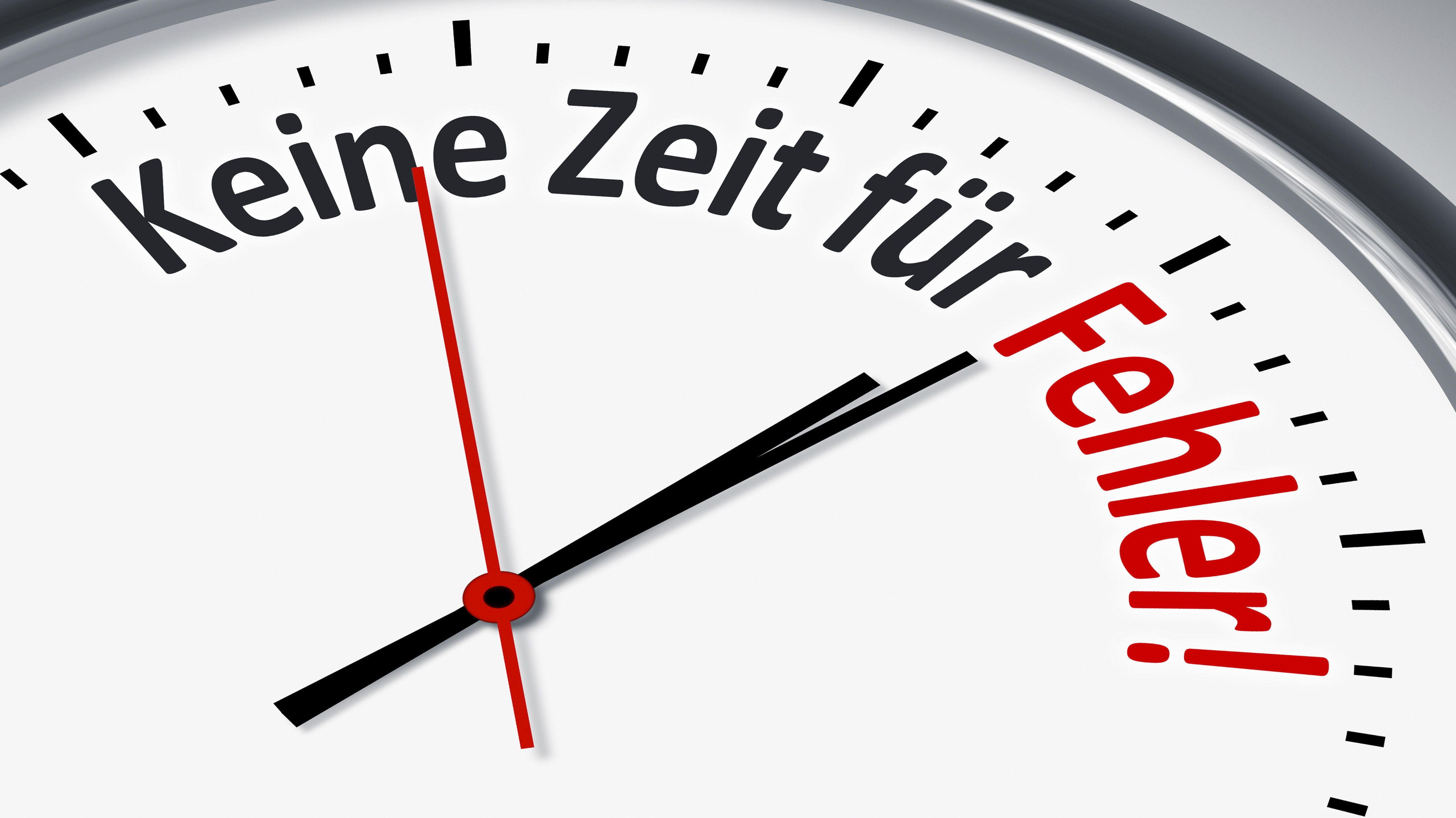 """Eine Uhr mit der Aufschrift: """"Keine Zeit für Fehler!"""""""