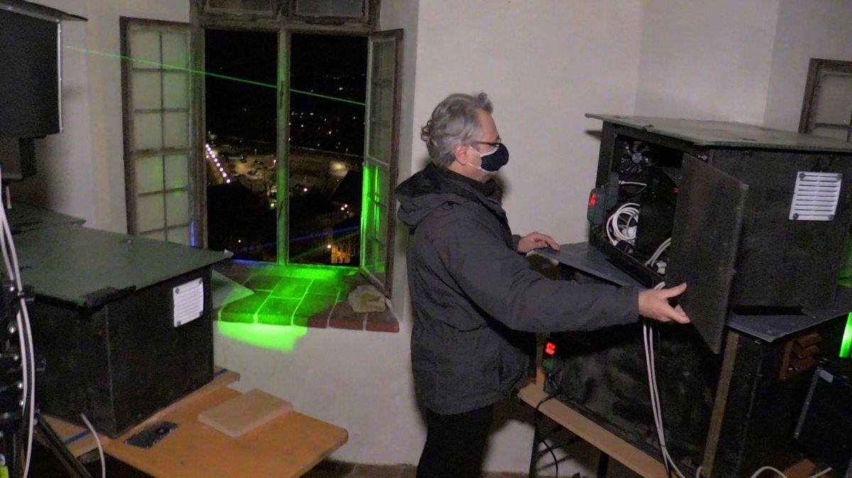 Die Laser leuchten durch ein Fenster der Burg Trausnitz auf sieben symbolisch ausgewählte Bauwerke in Landshut