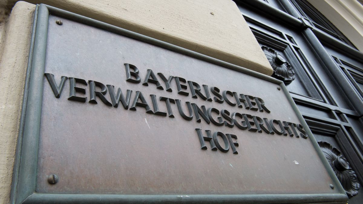 """Metallschild mit der Aufschrift """"Bayerischer Verwaltungsgerichtshof"""" an der Fassade des bayerischen Verwaltungsgerichtshof in München"""